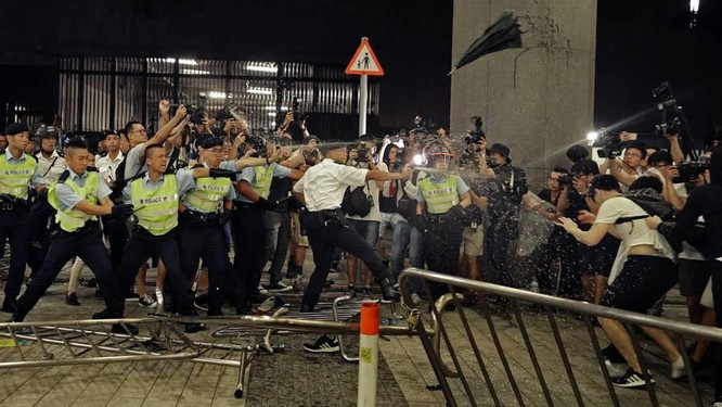 Cảnh sát sử dụng hoi cay để giải tán người biểu tình (Ảnh: AP)