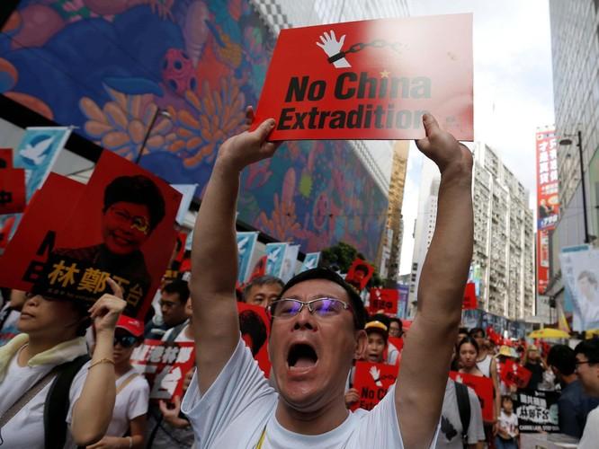 Người biểu tình với khẩu hiệu chống dự luật dẫn độ (Ảnh: Independent)
