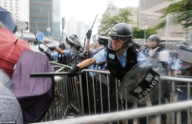Cảnh sát dùng gậy trấn áp người biểu tình (Ảnh: Reuters)