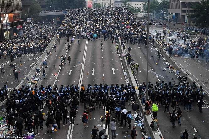 Số lượng người biểu tình áp đảo số lượng cảnh sát chống bạo động (Ảnh: AFP)