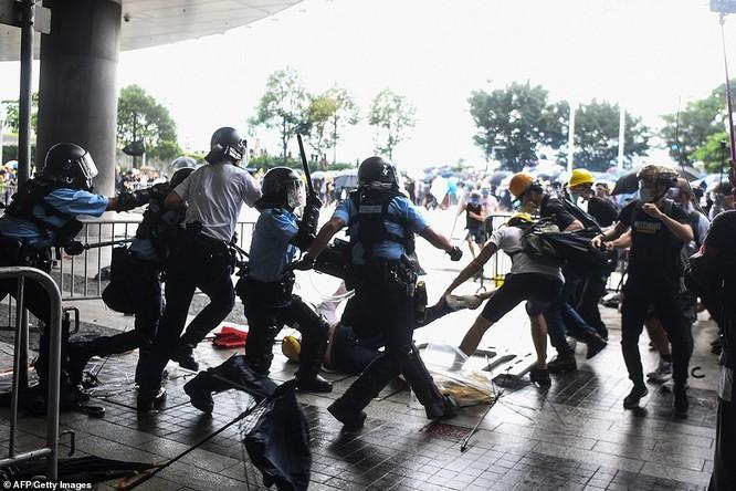 Một cuộc đụng độ giữa cảnh sát và người biểu tình (Ảnh: AFP)