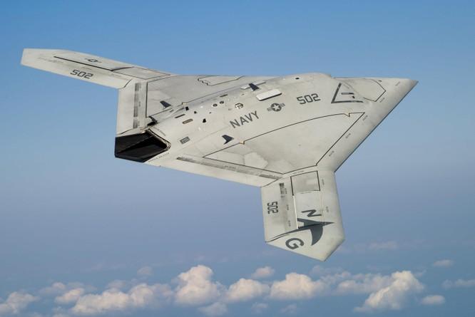 X-47B là mẫu phi cơ không người lái đầu tiên cất cánh, hạ cánh thành công trên tàu sân bay (Ảnh: AP)