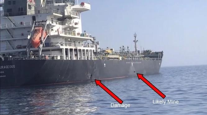 Bức ảnh quân đội Mỹ cung cấp ngày 13/6 cho thấy vết lõm trên thân tàu Kokuka Courageous gây ra do cái mà họ tin là mìn bám (Ảnh: Time)
