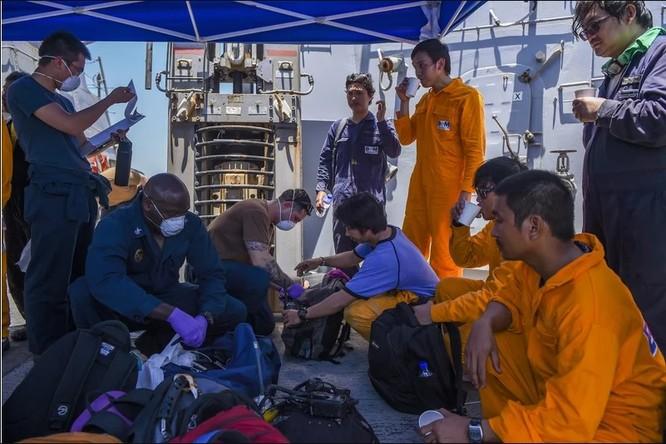 Thủy thủ trên tàu USS Bainbridge hỗ trợ các thủy thủ tàu Kokuka Courageous (Ảnh: Time)