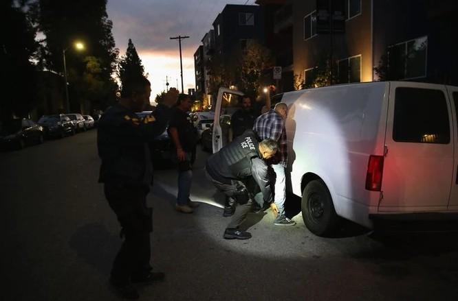 Một người nhập cư bị bắt giữ tại Los Angeles (Ảnh: Getty)
