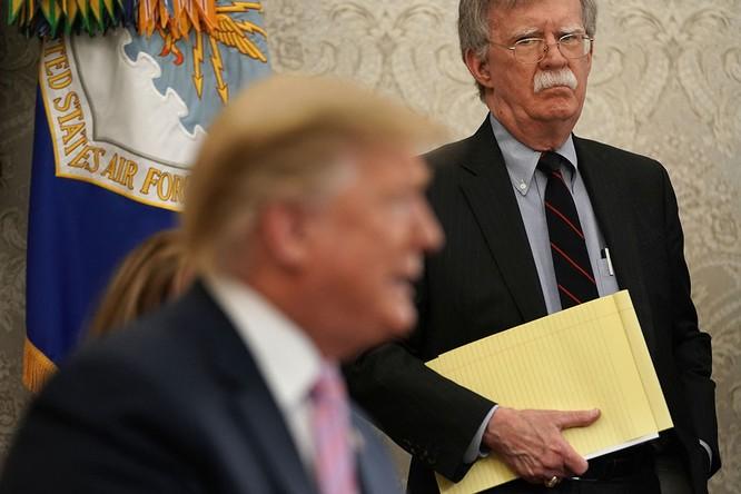 Trong lúc ông Trump muốn giảm thang căng thẳng với Iran, đội ngũ an ninh quốc gia của ông lại muốn điều ngược lại (Ảnh: Politico)