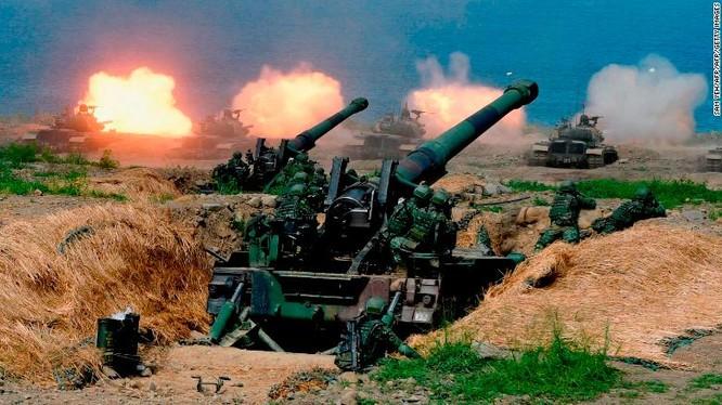 Xe tăng CM-11 do Mỹ sản xuất cùng nhiều pháo tự hành trong một cuộc tập trận ở miền Nam Đài Loan hôm 30/5 (Ảnh: CNN)