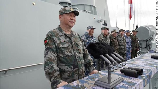 Chủ tịch Trung Quốc Tập Cận Bình quan sát một lễ diễu binh hải quân hồi tháng 4 vừa qua (Ảnh: CNN)