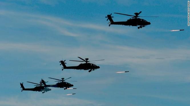 Trực thăng chiến đấu Apache do Mỹ sản xuất tham gia cuộc tập trận