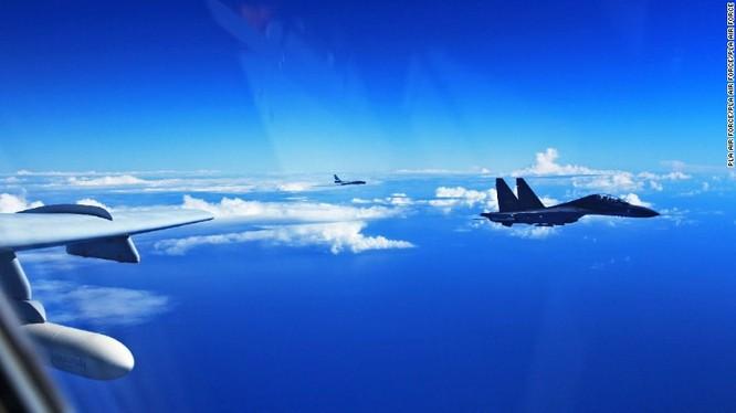 Phi cơ Su-30 của Trung Quốc bay trên biển Thái Bình Dương năm 2016 (Ảnh: CNN)