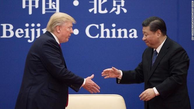 Lãnh đạo Mỹ, Trung bắt tay nhau trong một sự kiện lãnh đạo doanh nghiệp tổ chức tại Bắc Kinh ngày 9/11/2017 (Ảnh: CNN)