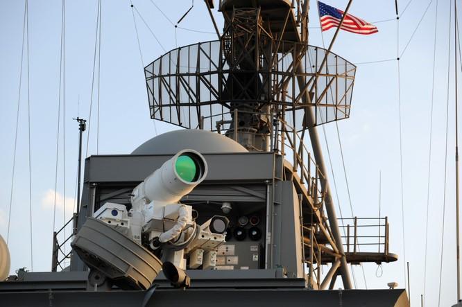 Hệ thống vũ khí laser AN/SEQ-3 lắp đặt trên tàu USS Ponce của Mỹ (Ảnh: Getty)