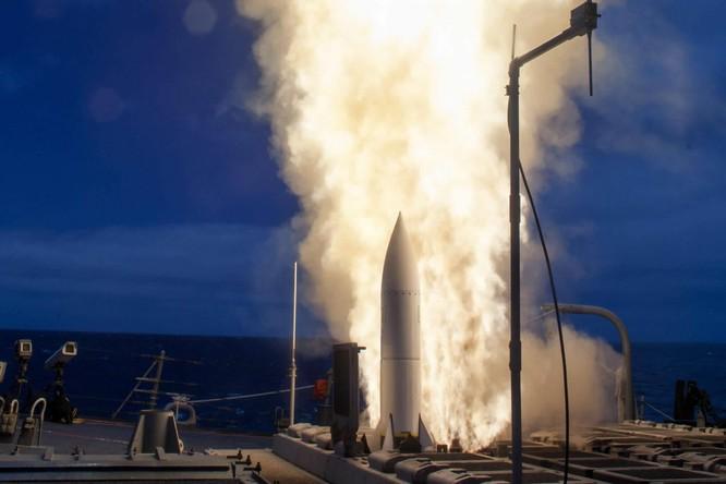 Mẫu tên lửa Standard Missile – 6 phóng từ chiến hạm của Mỹ (Ảnh: Getty)