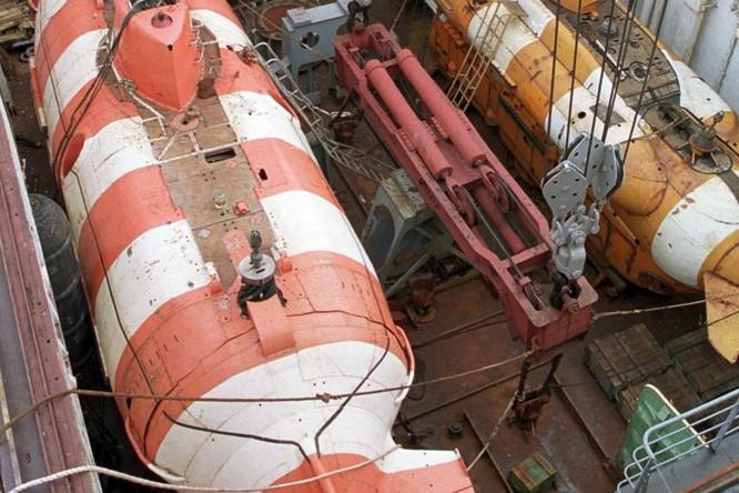 Tàu ngầm cứu hộ cỡ nhỏ lớp Priz (trái) của Nga (Ảnh: TASS)