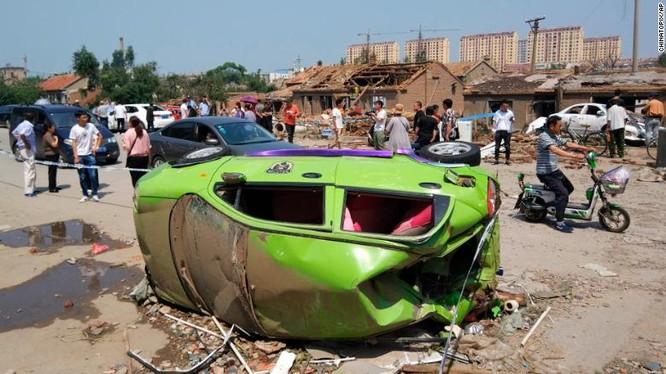 Một chiếc xe hơi bị quật đổ do lốc xoáy (Ảnh: CNN)