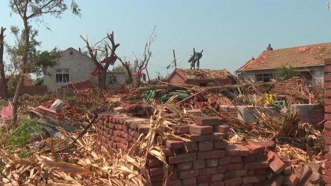Nhiều nhà cửa hư hại nặng nề vì lốc xoáy (Ảnh: CNN)