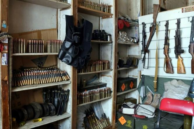 Nhiều cửa hàng bán đồ thủ công chuyển thành cửa hàng súng đạn (Ảnh: AFP)