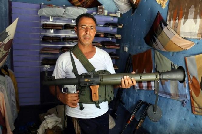 Bên trong một cửa hàng vũ khí (Ảnh: AFP)
