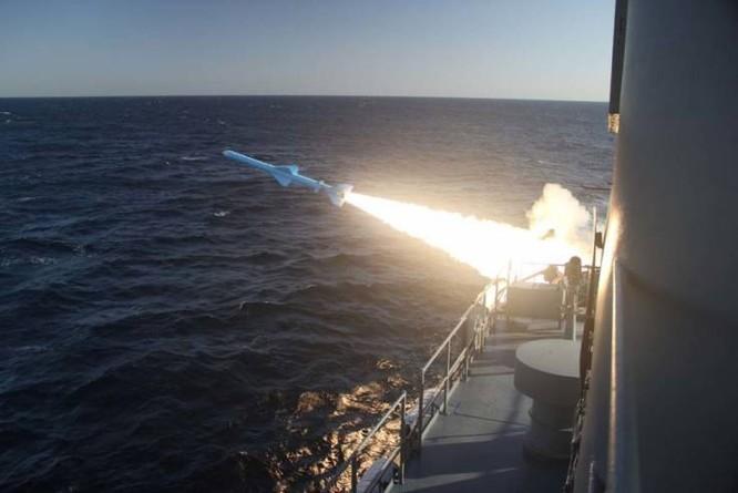 Chiến hạm Iran phóng một tên lửa chống hạm trong cuộc tập trận Velayat-97 trên Vịnh Oman ngày 23/2 (Ảnh: Newsweek)