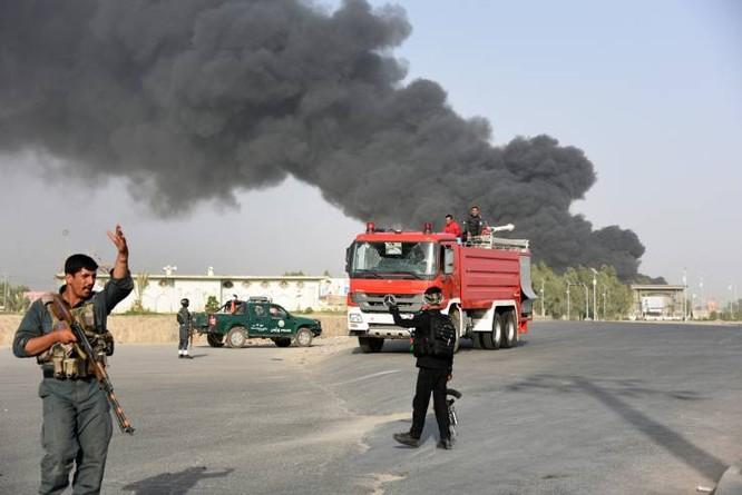 Cảnh sát Afghanistan có mặt tại hiện trường một vụ đánh bom ở Kandahar ngày 18/7 (Ảnh: Newsweek)