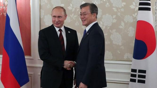 Lãnh đạo Nga, Hàn Quốc tại cuộc gặp bên lề Hội nghị thượng đỉnh G20 tổ chức tại Osak, Nhật Bản hồi tháng 6 vừa qua (Ảnh: CNN)