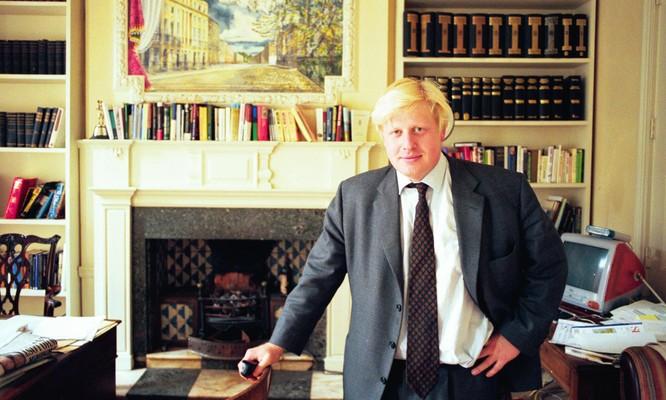 Boris Johnson tại văn phòng làm việc của tờ Spectator (Ảnh: Guardian)