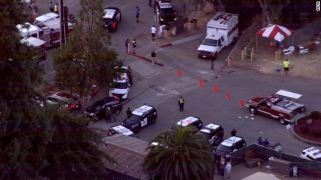 Xe cảnh sát và xe cứu thương xuất hiện dày đặc tại hiện trường vụ xả súng (Ảnh: CNN)