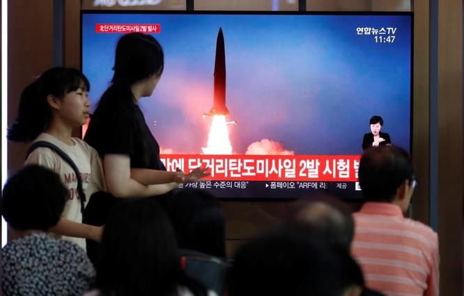 Người dân Hàn Quốc theo dõi vụ phóng tên lửa mới nhất của Triều Tiên qua truyền hình (Ảnh: Reuters)