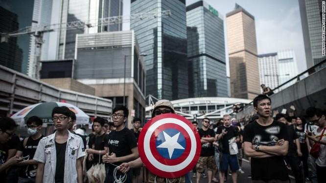 Một người biểu tình mang theo tấm lá chắn như trong truyện tranh