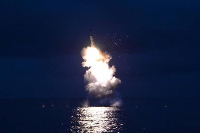 Bức ảnh KCNA công bố ngày 25/8/2016 cho thấy một vụ phóng thử tên lửa Pukkuksong-1 (Ảnh: AFP)
