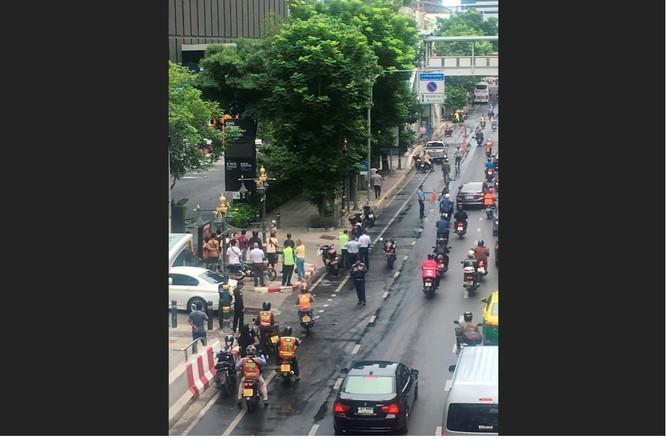 Đám đông người hiếu kỳ tập trung tại hiện trường một vụ nổ (Ảnh: Reuters)