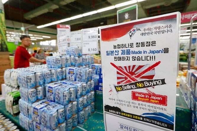 Một tấm biển kêu gọi tẩy chay hàng hóa Nhật Bản xuất hiện tại một siêu thị ở Hàn Quốc (Ảnh: AFP)