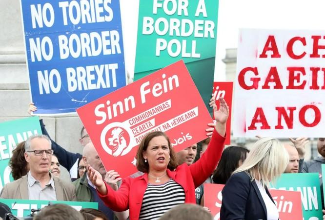 Những người biểu tình phản đối Brexit không thỏa thuận của ông Johnson ở Bắc Ireland (Ảnh: Washington Post)