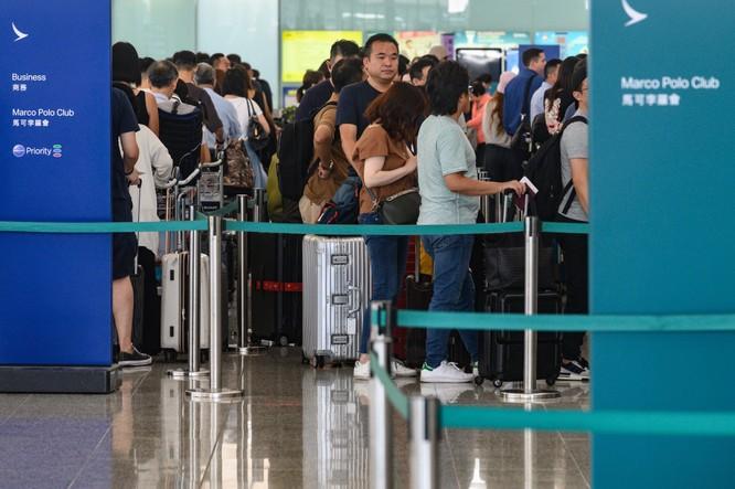 Hành khách xếp hàng dài tại sân bay quốc tế Hong Kong hôm 5/8 (Ảnh: CNN)