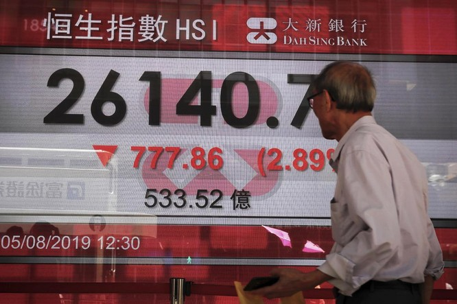 Thị trường cổ phiếu Hong Kong suy giảm trong phiên giao dịch hôm đầu tuần này (Ảnh: AP)