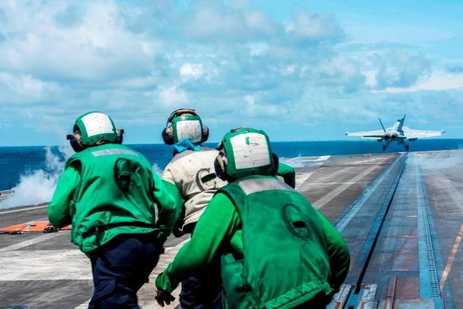 Cận cảnh nhóm tác chiến tàu sân bay Mỹ tuần tra trên Biển Đông ảnh 1
