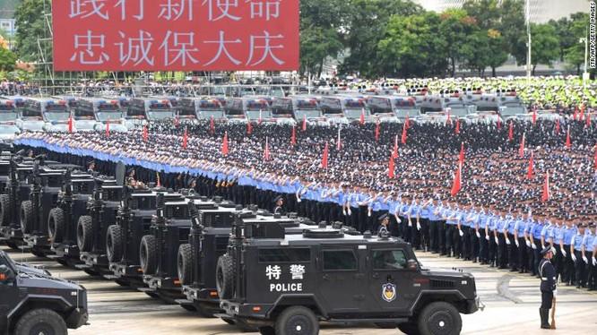 Lực lượng cảnh sát vũ trang Trung Quốc trong cuộc diễn tập trấn áp người biểu tình ở Thâm Quyến (Ảnh: CNN)