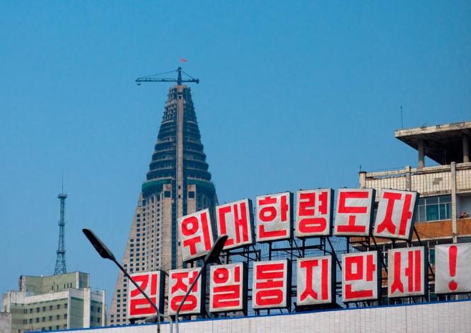 Ryugyong với trục cần cẩu rỉ sét bên trên vào năm 2008 (Ảnh: CNN)