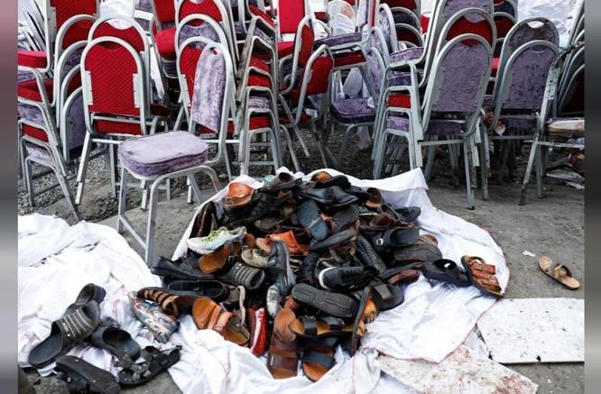 Giày dép của các nạn nhân được xếp bên ngoài sảnh cưới sau khi vụ nổ xảy ra (Ảnh: Reuters)