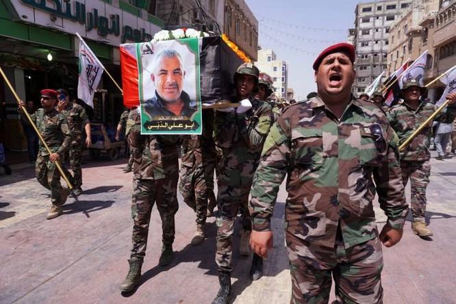 Các thành viên của lực lượng PMF ở Iraq trong đám tang các thành viên bị thiệt mạng trong cuộc không kích do Israel thực hiện (Ảnh: AFP)