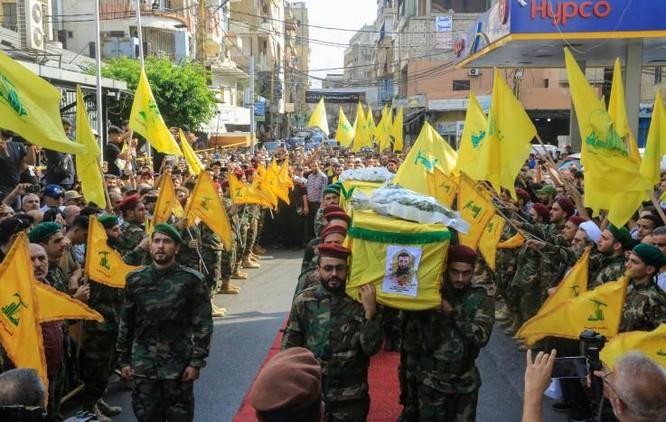 Nhóm Hezbollah tổ chức đám tang cho 2 thành viên bị sát hại do các đòn không kích của Israel ở Syria (Ảnh: AFP)