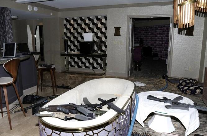 Bức ảnh được cảnh sát Las Vegas công bố năm 2017 cho thấy súng đạn nằm la liệt trong phòng khách sạn của kẻ xả súng Stephen Paddock (Ảnh: AP)