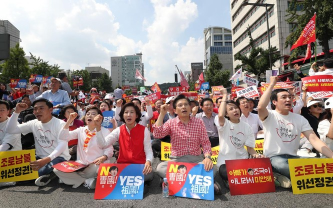 Nhiều người dân biểu tình phản đối việc chỉ định ông Cho (Ảnh: Getty)