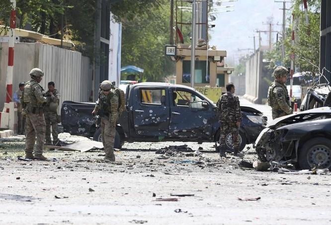 Binh sỹ nước ngoài cùng lực lượng NATO điều tra hiện trường vụ đánh bom tự sát ở thủ đô Kabul hôm 5/9 (Ảnh: Reuters)