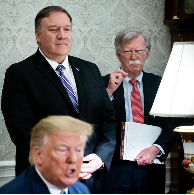 Ngoại trưởng Pompeo (trái) và Cố vấn an ninh quốc gia Bolton bất đồng về thỏa thuận hòa bình (Ảnh: New York Times)