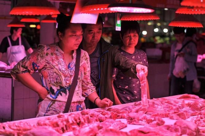 Khách hàng mua thịt lợn tại một chợ truyền thống ở Bắc Kinh hôm 5/9 (Ảnh: AFP)