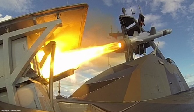 Hình ảnh tên lửa NSM được khai hỏa từ chiến hạm (Ảnh: Seaforces)