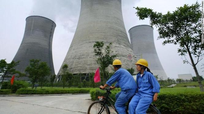 Công nhân làm việc tại một nhà máy điện hạt nhân ở Quảng An, Tứ Xuyên, Trung Quốc (Ảnh: CNN)
