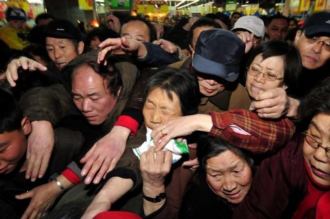 Người dân ở thành phố Lan Châu, Cam Túc, Trung Quốc tranh nhau mua muối i-ốt chỉ vài ngày sau thảm họa hạt nhân Fukushima (Ảnh: Chinasmack)