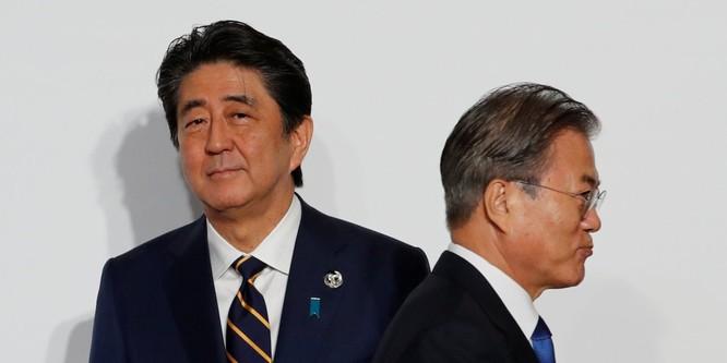 Tổng thống Nhật Abe và Tổng thống Hàn Quốc Moon đều bị đẩy vào thế khó, không thể nhượng bộ (Ảnh: Business Insider)